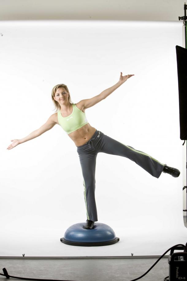 BOSU vás nutí mít celou hodinu zapojenou celou řadů svalů na celém těle