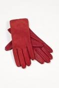 Červené kožené rukavice v zimě nejen zahřejí, ale také báječně vypadají a pomohou doladit elegantní styl oblečení. Outletové centrum Fashion Arena, obchod Wittchen – původní cena 1.170 Kč/outletová cena 825 Kč.