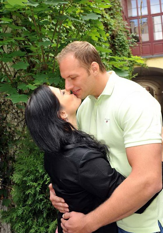 Táňa Bednářová je zasnoubená, její přítel Robert Voves hraje ragby 8 let ve Francii a budou se brát 21.7. na zámku Jemniště. Táňa složila státnice na FTVS UK a je už Mgr  :-)